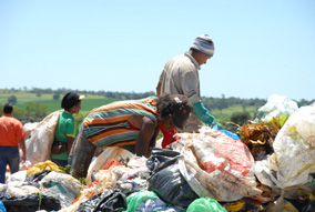 A rotina dos catadores de lixo: garimpagem de produtos recicláveis garante a sobrevivência de mais de 300 pessoas