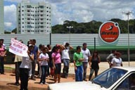 Funcionários do supermercado fizeram protesto em via pública pedindo o apoio da comunidade para que seus empregos sejam garantidos