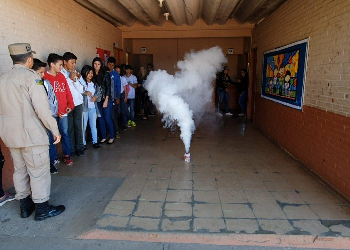 Um sinal de fumaça orientou os estudantes durante a simulação de incêndio