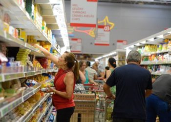 Vídeos circulam pela internet mostrando grande movimentação em supermercados e outros locais.