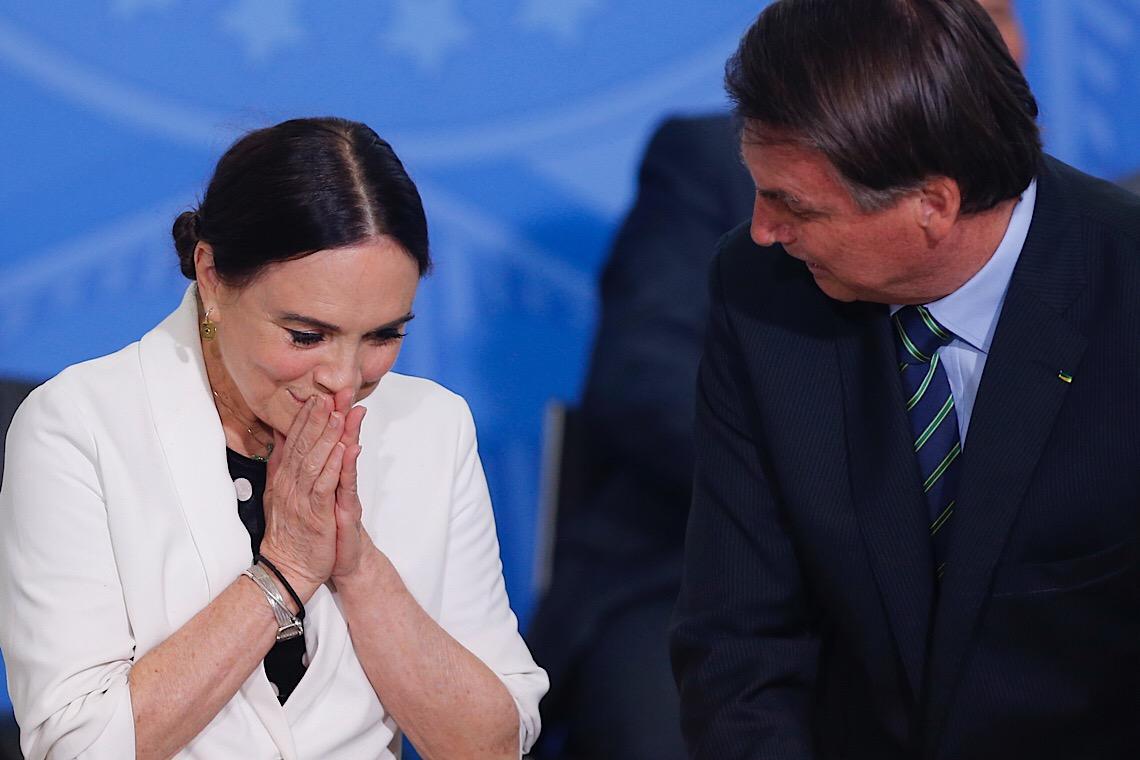 """Regina alegou saudade da família. Bolsonaro queria secretária """"mais próxima""""."""