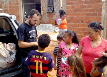 Jean Marcos acompanha o trabalho de distribuição de donativos para pessoas necessitadas