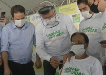 Governador Ronaldo Caiado aplicando a vacina em Maria Conceição (Foto: Reprodução)