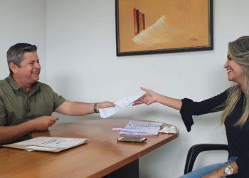 Presidente da Apae Anápolis, Vander Lúcio Barbosa, em reunião de trabalho com a psicóloga Ruama Silva