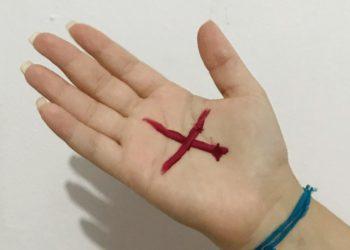 Mulher salva vítima de violência doméstica por conta de sinal vermelho na mão em Brasília (Foto: Laylla Alves)