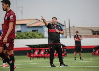 Assim como os rivais Goiás e Vila, Eduardo Barroca e seus comandados terão vida dura diante do Fortaleza (Foto: Comunicação/ACG)