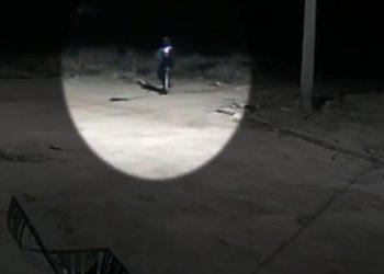Lázaro a caminho da casa da ex-sogra. Na mão, o criminoso carrega uma pistola (Foto: Polícia Civil)