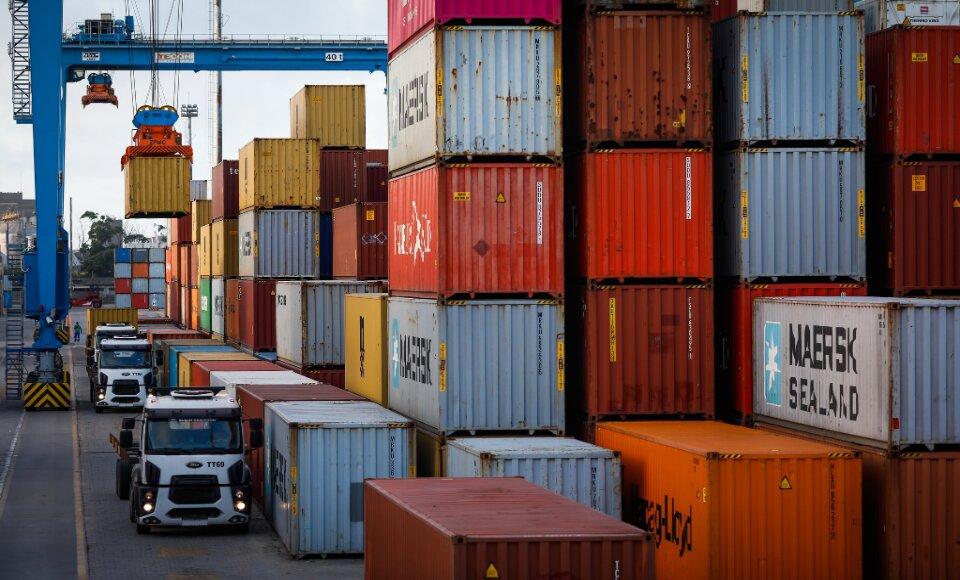 Superávit da balança comercial se dá pelas exportações maiores que as importações.