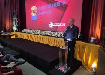 Uma das medalhas em especial, foi entregue pelas mãos do chanceler, Augusto Cezar Ventura, para Ronaldo Caiado