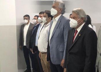 Caiado ladeado pelo prefeito Roberto Naves e pelo senador Luiz do Carmo (Foto: Samih Zakzak)