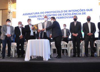 Autoridades e convidados participaram do ato solene de assinatura do documento