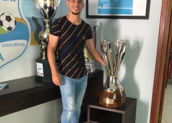 Apesar de não ter sido campeão goiano em 2021, o atacante posou com a taça em visita a sede da Raposa (Foto: Comunicação/GEA)