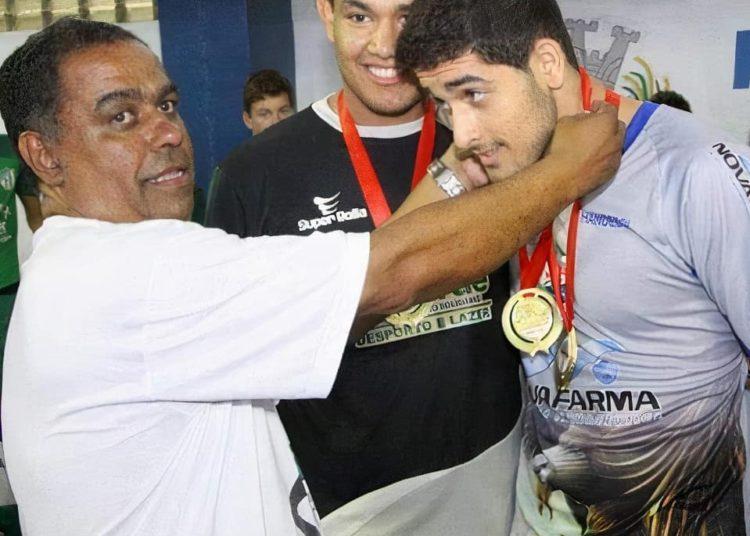 Léo Dutra recebendo medalha de seu primeiro treinador, Davi José Alecrim (Foto: Facebook/Antônio Gomide)