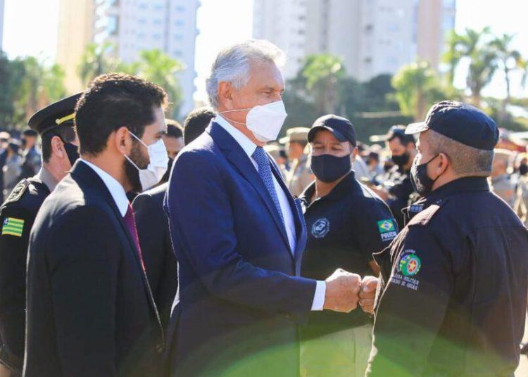 Junto da primeira-dama do Estado, Ronaldo Caiado prestou homenagem aos agentes de segurança