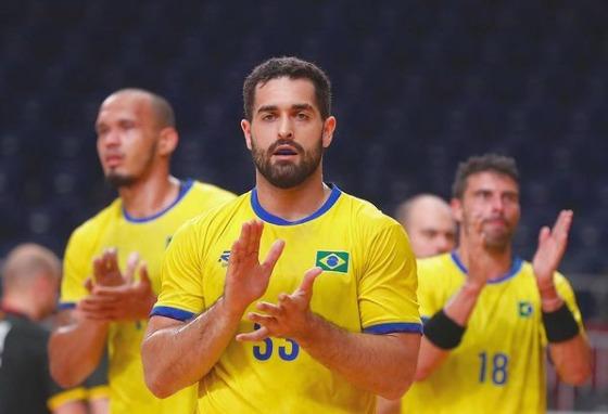 Léo Dutra foi um dos destaques do handebol, eliminado na fase de grupos (Reprodução/Instagram)