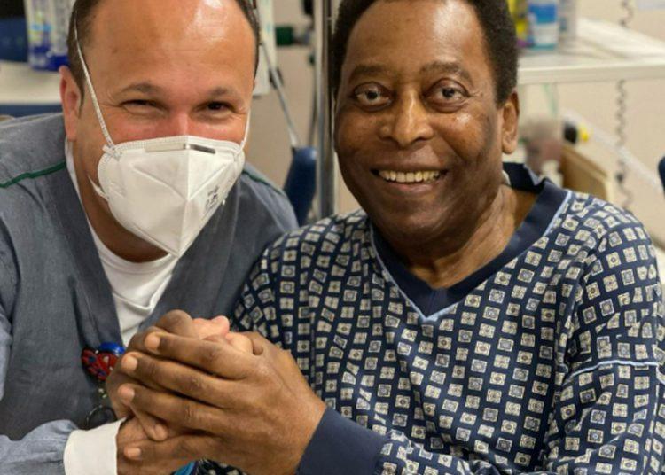 Apesar de internado, Pelé utilizou do tempo para pintar seu cabelo (Foto: Reprodução)