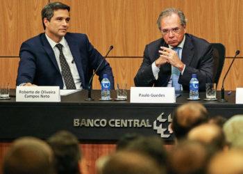 O novo presidente do Banco Central (BC), Roberto Campos Neto, e o  ministro da Economia, Paulo Guedes, durante cerimônia de transmissão de cargo. FOTO- Fabio Rodrigues Pozzebom/Agência Brasil